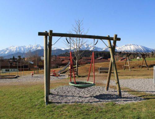 Klettergerüst und kleiner Zug für dern Kinderspieplatz in Eisenberg