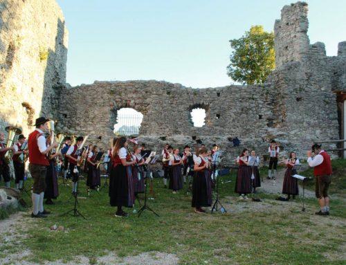 Klang- und Naturerlebnis beim Konzert auf der Burgruine Hohenfreyberg