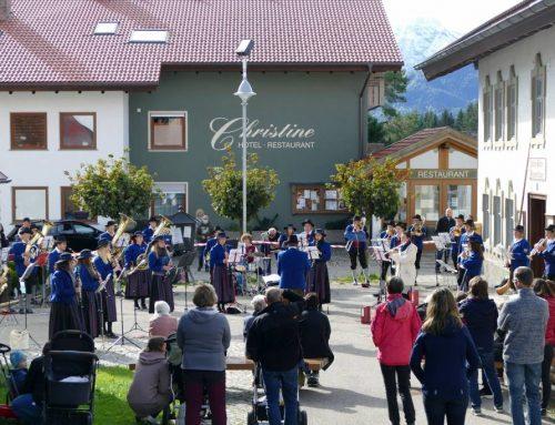 Musikkapelle Eisenberg begeistert  Zuhörer erneut bei Standkonzert